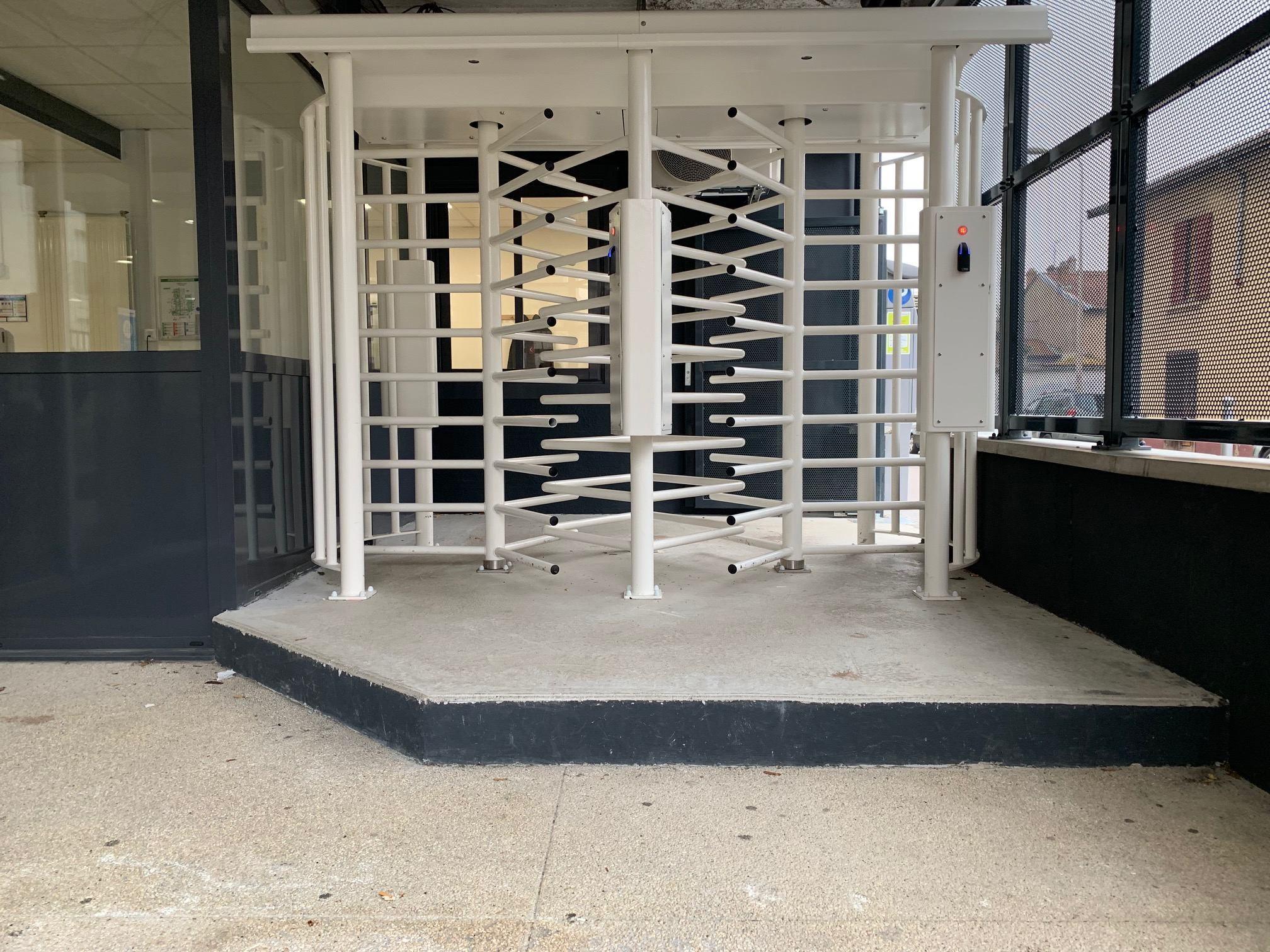 portiques d'accès élèves lycée privé jehanne de france