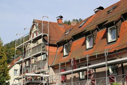 échafaudage devant appartements, chantier de crépis de facade